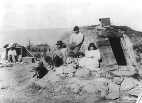 Paiute family and wikiup in 1906.