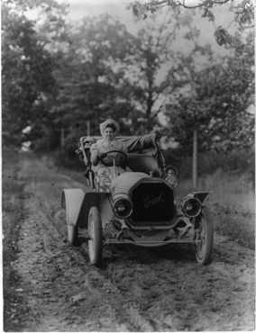 Woman sitting behind the wheel of a 1907 Buick, photo Library of Congress