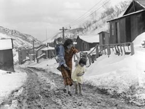 A mother & children in Consumers, Utah, 1936