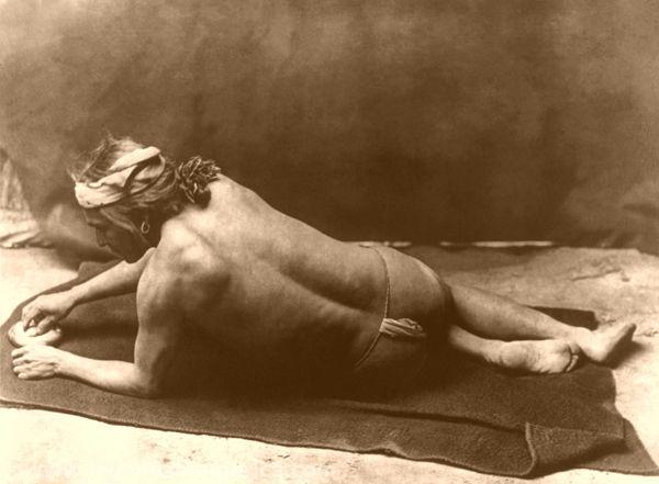 Grinding medicine--Zuni, edward s. curtis, 1925
