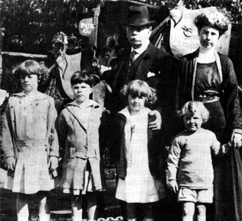Frank and Evelyn Smith and their children, 1915.