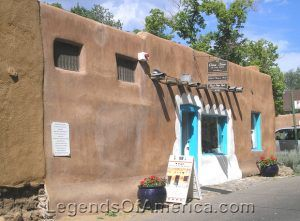 This 800-year old Adobe house in Santa Fe, New Mexico is claimed to be the oldest house in the United States by Kathy Weiser-Alexander.