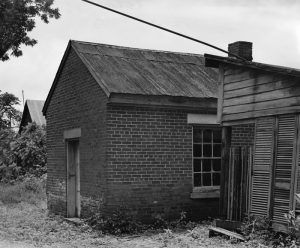 Slave cabin behind the Jane Hompson House by the Historic American Buildings Survey.